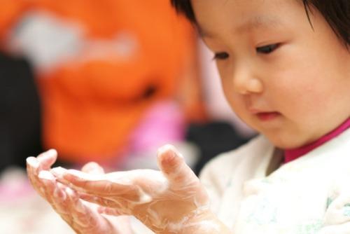 kid-washing-hands