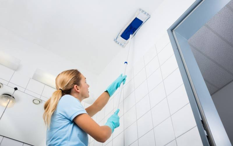 Filipino Maid:How to Clean the Ceiling